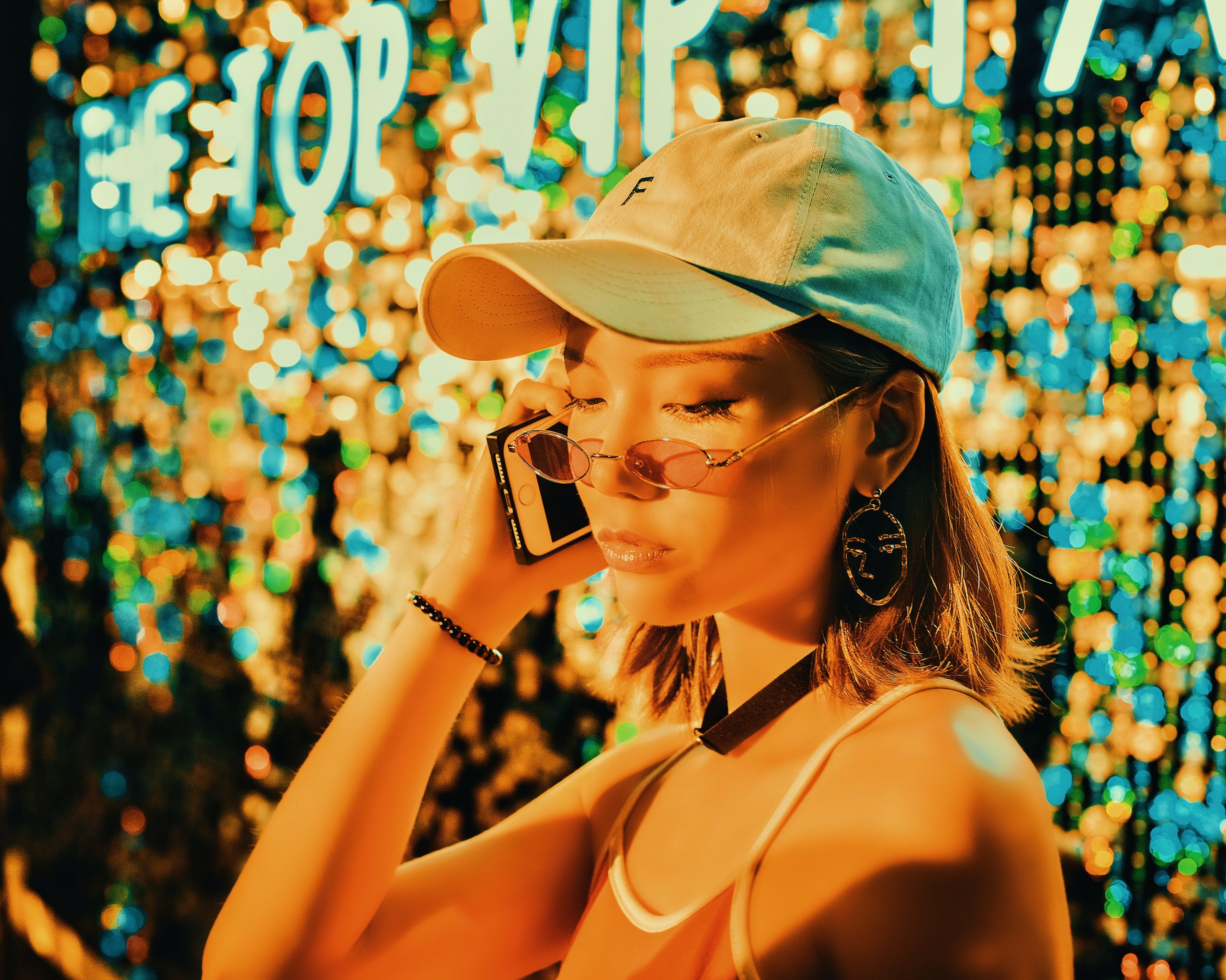 I took this picture in front of a background panel with colored sequins. The light on the scene is orange and the effect is very good. I felt so good that I immediately asked the model to pose and film it.
